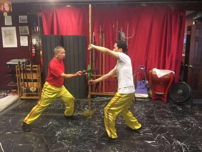 虽然租金昂贵,学员减少,但叶永康(左)依然每周固定与学生见面,传授武术。(记者张筠/摄影)