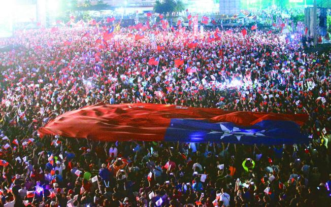 旗海‧人海 國民黨高雄市長候選人韓國瑜昨晚舉辦選前造勢之夜,估計現場湧入十五萬人,主辦單位拉起一面大國旗在群眾中舞動,場面壯觀。(記者劉學聖/攝影)