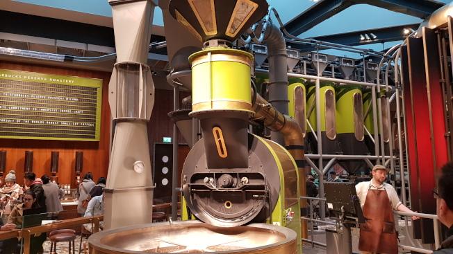 大型的烘豆機,顯示出店面是旗下最高等級的臻選咖啡烘焙工坊(Reserve Roastery)。記者陳睿中/攝影