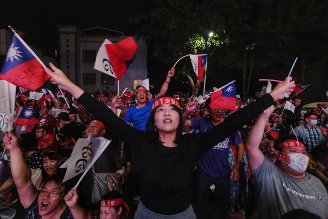 韓國瑜支持者24日在高雄市黨部外關心選情,熱情呼喊為韓國瑜集氣。(中央社)