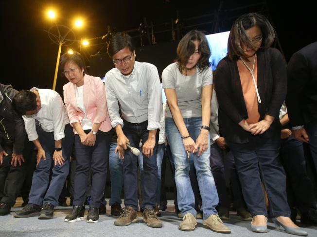 陳其邁(左三)敗選,24日晚與競選團隊向支持者鞠躬表達感謝。(記者林澔一╱攝影)