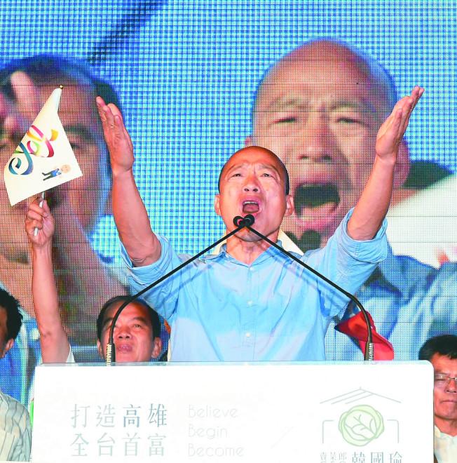高雄市長當選人韓國瑜上台謝謝支持群眾,將全力為高雄市民服務。(記者劉學聖/攝影)