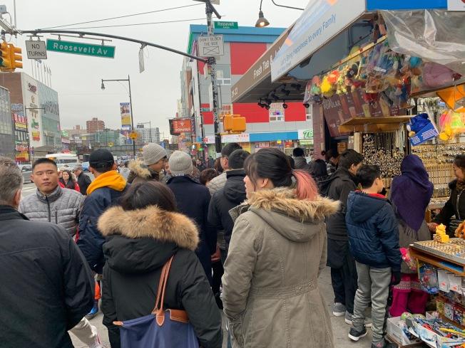 結束感恩節低溫,法拉盛小商家周六迎來人潮。(記者賴蕙榆/攝影)