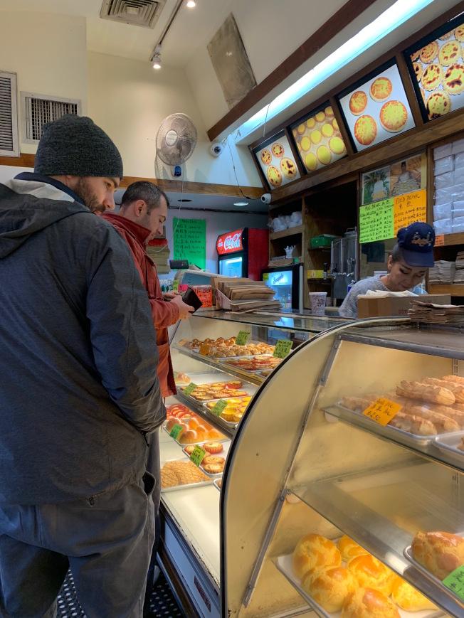 法拉盛緬街的金陵麵包店在「小商家星期六」客人絡繹不絕。(記者賴蕙榆/攝影)
