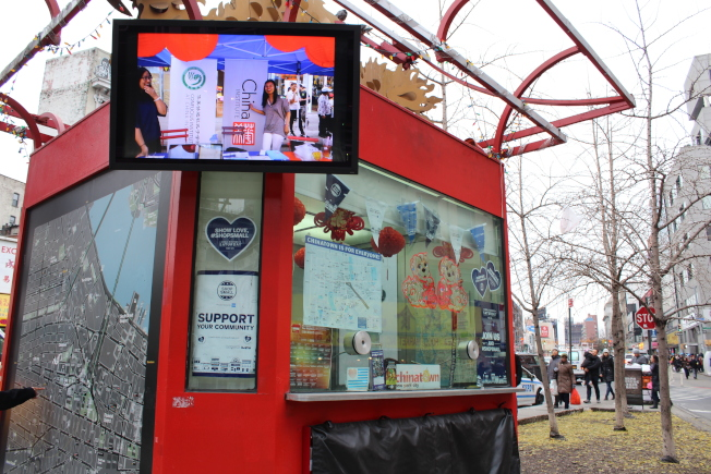 華埠信息亭上貼滿「全國小商家星期六」的標誌,鼓勵民眾在本地商家消費。(記者張筠/攝影)