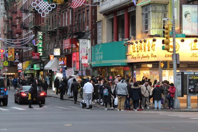 華埠推出「小商家星期六」活動,吸引不少人潮。(記者張筠/攝影)