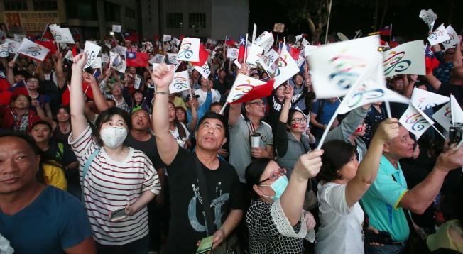 國民黨高雄市長當選人韓國瑜競選總部外,24日晚聚集眾多支持者高聲歡呼。韓流效應反映民心思變,也反映選民對國民黨世代交替、徹底改革的期望。(記者劉學聖/攝影)