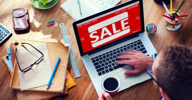 研究發現一到年底的購物季,許多員工都有上班時間網購的經驗。(Getty Images)