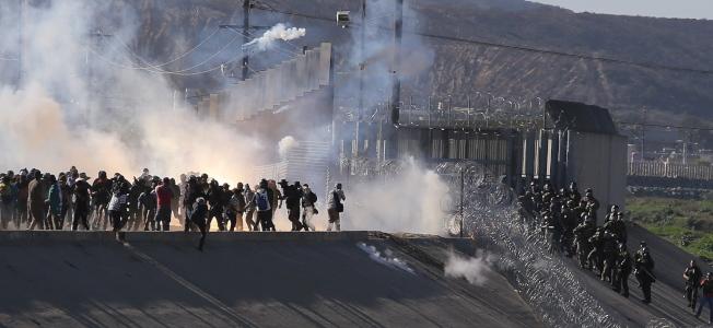 中美洲非法移民在美墨邊界的聖伊席卓邊界入口站闖關,遭催淚瓦斯攻擊。(歐新社)
