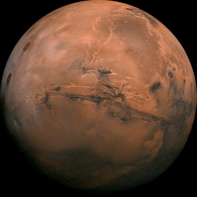 這張是NASA公布,由1970年代環繞火星軌道上的「海盗號」地表上的「好奇者」探測器所傳回地球的上千影像組成的火星地表照片。(Getty Images)