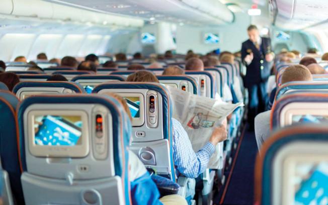 機上工作人員表示,常有乘客在機艙有不端行為而不自知。(美聯社)