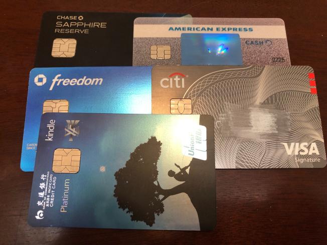 各家信用卡都用超高點數吸引客戶,但使用起來並不如所願。(記者張越/攝影)