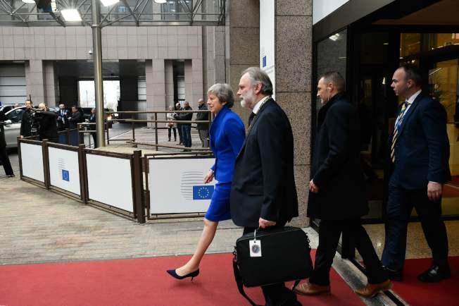 英國首相梅伊25日在布魯塞爾的歐盟特別峰會結束後,率員離開。梅伊回英後還有一番結果難料的苦戰。(Getty Images)