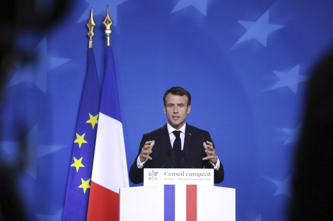 法國總統馬克宏25日在布魯塞爾歐盟特別峰會後的記者會表示,歐盟必須要從英國脫歐一事上深刻檢討,歐盟保障和平繁榮的組織非常脆弱。(美聯社)