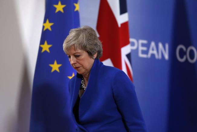 英國首相梅伊25日在布魯塞爾的歐盟特別峰會結束後的神情。(美聯社)