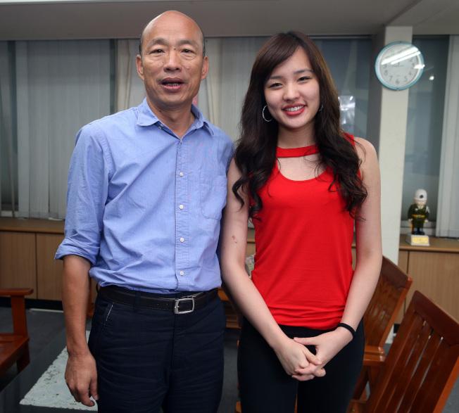 高雄市長當選人韓國瑜(左)勝選,大女兒韓冰(右)功不可沒。(記者劉學聖/攝影)