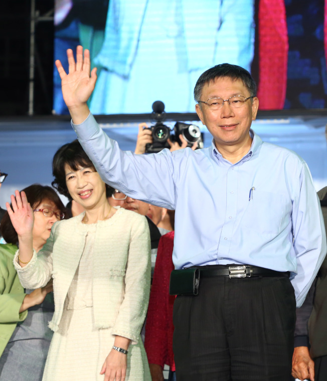 台北市長柯文哲25日凌晨發表談話,支持者激動高喊「台北選擇柯文哲」,柯文哲也振臂高揮。(記者陳柏亨/攝影)