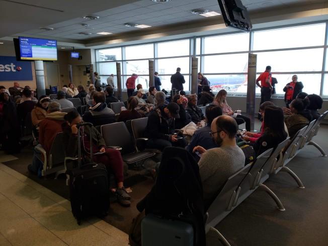 中途機場乘客耐心等候班機起飛。(特派員黃惠玲/攝影)