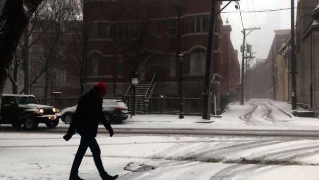 暴風雪襲擊芝加哥,一名行人頂著風雪走在路上。(特派員黃惠玲/攝影)