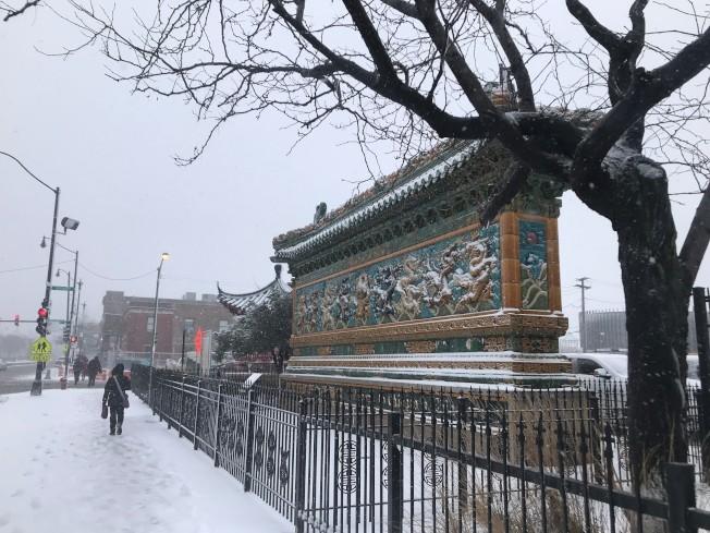 華埠人行道積雪。(記者董宇/攝影)
