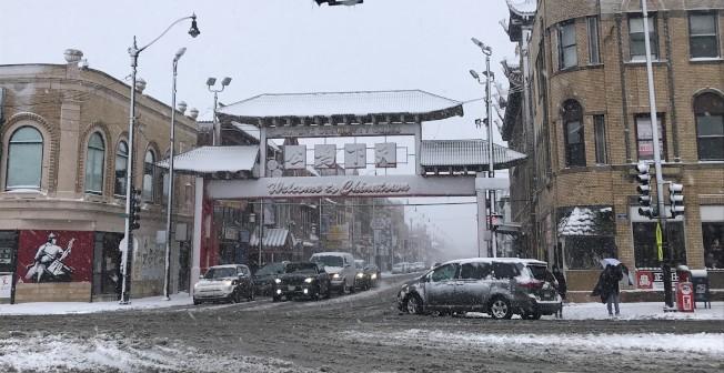 風雪襲擊芝加哥,華埠26日一早街道還未清掃乾淨,人車通行需格外留意。(記者董宇/攝影)