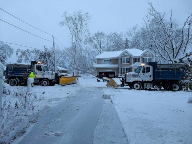 大雪連續下了好幾個小時,儘管剷雪車出動,路面仍舊有積雪。(讀者Joseph Qian提供)