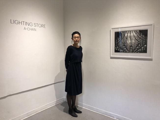 日裔藝術家古田步美以華埠包厘街燈具店取材的攝影個展,在456藝廊舉辦。(記者張晨/攝影)