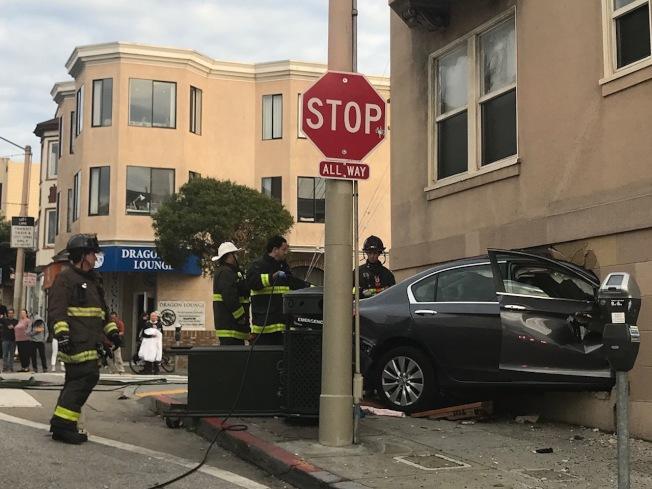 衝上公寓大樓的汽車,車內有兩人,均受傷,但沒有生命危險。(記者李秀蘭/攝影)