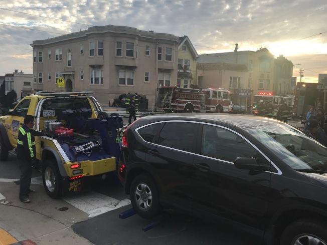 華裔雷先生的汽車被肇事汽車先撞上,受到損壞。(記者李秀蘭/攝影)