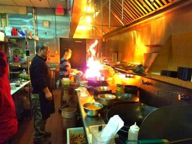 華人廚師在中餐館中辛勤工作。(本報檔案照片)