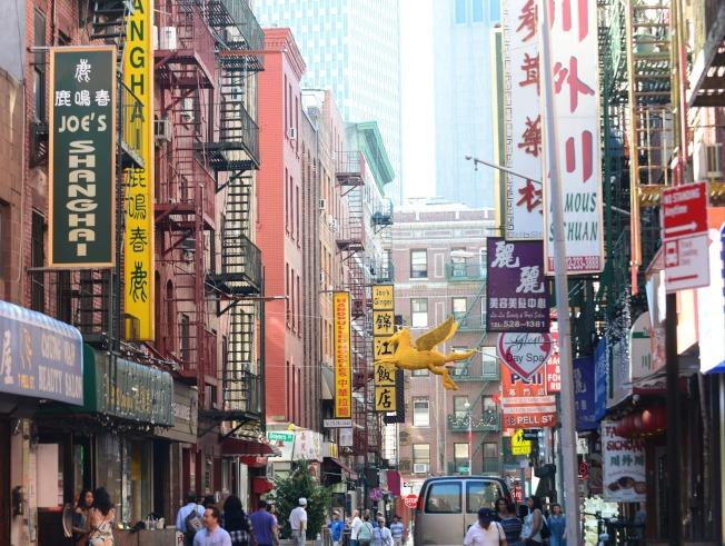 紐約華埠街頭,中餐館林立。(許振輝╱攝影)