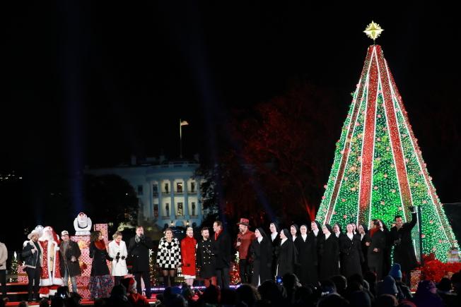 第96屆國家聖誕樹點燈儀式28日晚在白宮橢圓形廣場舉行,川普總統攜手第一夫人梅蘭妮亞任內二度為聖誕樹點燈。(記者羅曉媛/攝影)