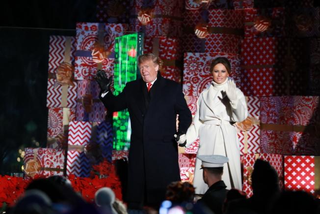 第96屆國家聖誕樹點燈儀式28日晚在白宮橢圓形廣場(the Ellipse)舉行,川普總統攜手第一夫人梅蘭妮亞任內二度為聖誕樹點燈。(記者羅曉媛/攝影)