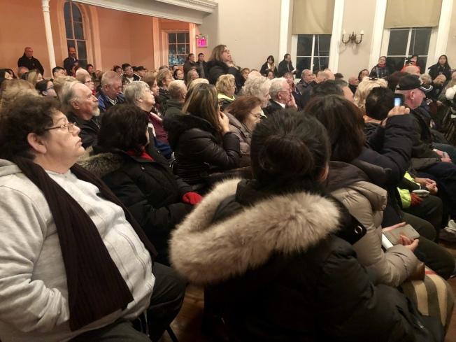 里民大會現場爆滿,民眾紛紛反對在大學點建遊民收容所。(記者朱蕾/攝影)