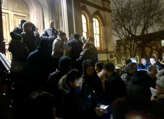 由於里民大會場內已爆滿,很多民眾無法進入。(記者朱蕾/攝影)