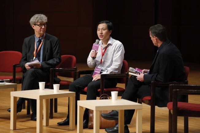 中國科學家賀建奎宣稱創造出免疫愛滋病的基因編輯嬰兒,震驚全球。圖為賀建奎(中)出席香港大學舉行的第二屆人類基因組編輯國際峰會。(美聯社)