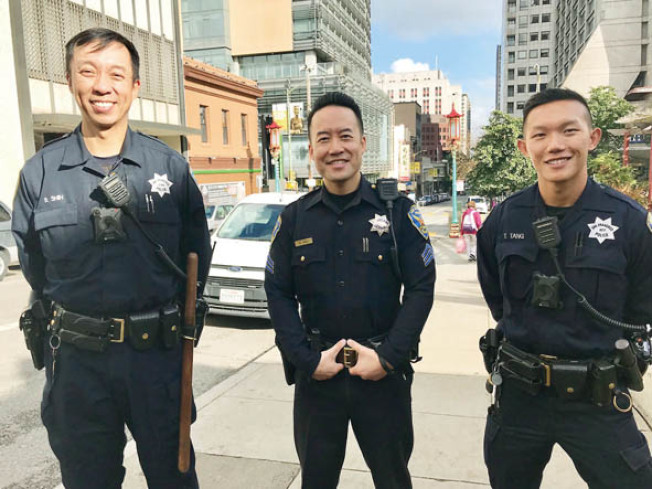 由肖化區轉到華埠服務的兩華語警員史大方(左)及唐偉棖(右),中為主持華埠巡邏計畫的警佐朱永豪。(記者李秀蘭/攝影)