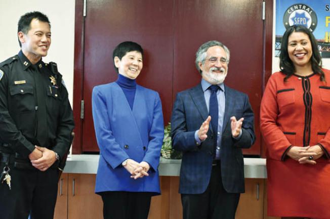 中央分局長葉培恩(左起)、安老自助處總裁鍾月娟、市議員佩斯金及市長布里德宣布警局在花園角設立華語警崗服務。(記者李秀蘭/攝影)