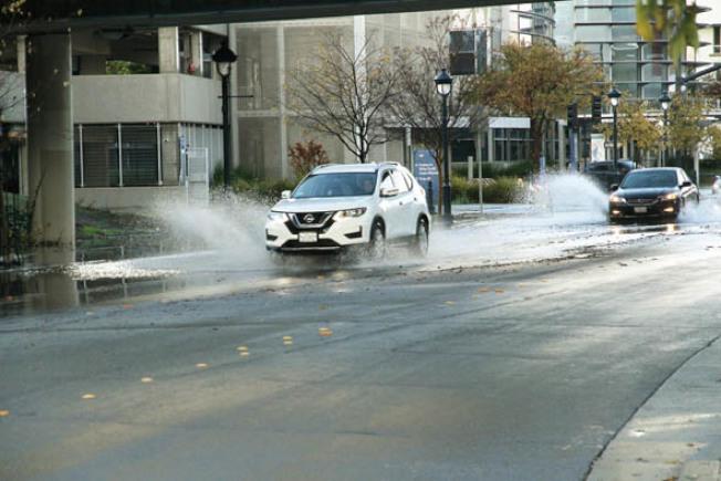29日大雨,很多地方突然積水嚴重,汽車經過濺起大量水花。聖他克拉拉縣也準備沙袋供民眾防洪,聖縣內每年都安排多個沙袋發放處,詳情可查閱:www.valleywater.org/floodready/sandbags。(圖與文:記者李榮)