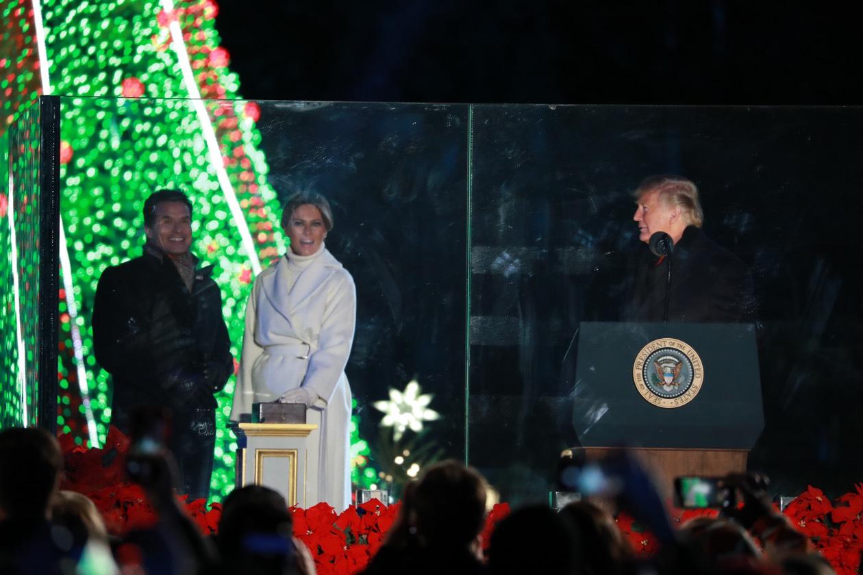 第96屆國家聖誕樹點燈儀式,28日晚在白宮橢圓形廣場舉行,川普總統攜手第一夫人梅蘭妮亞點亮聖誕樹。記者羅曉媛/攝影
