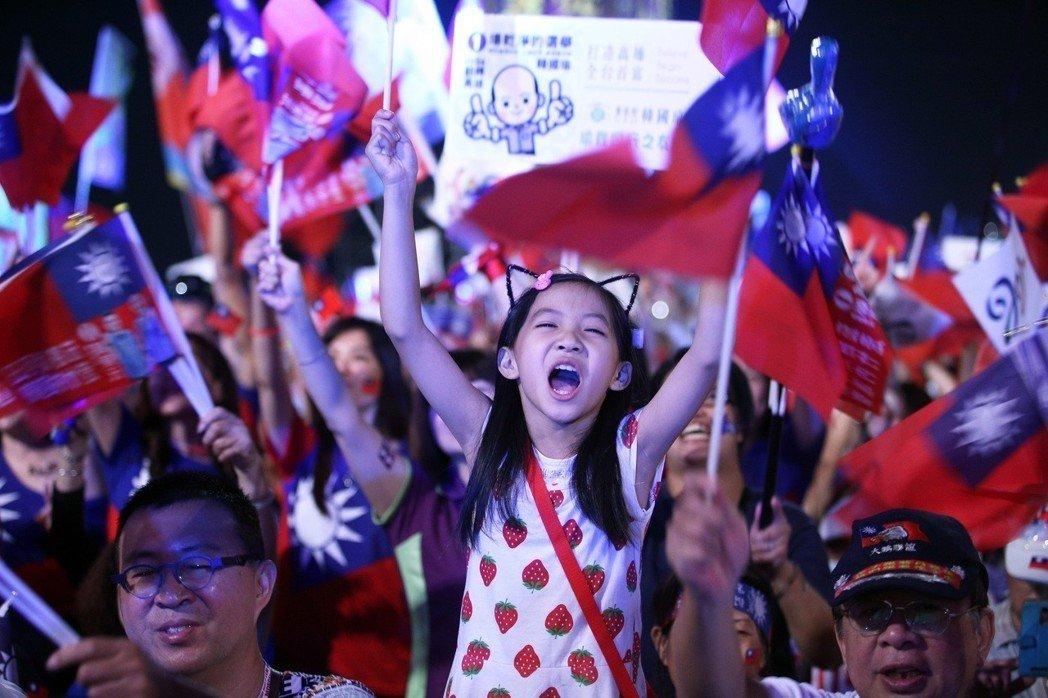 國民黨高雄市長候選人韓國瑜選前造勢晚會,現場湧入15萬人,場面壯觀。 記者劉學聖/攝影