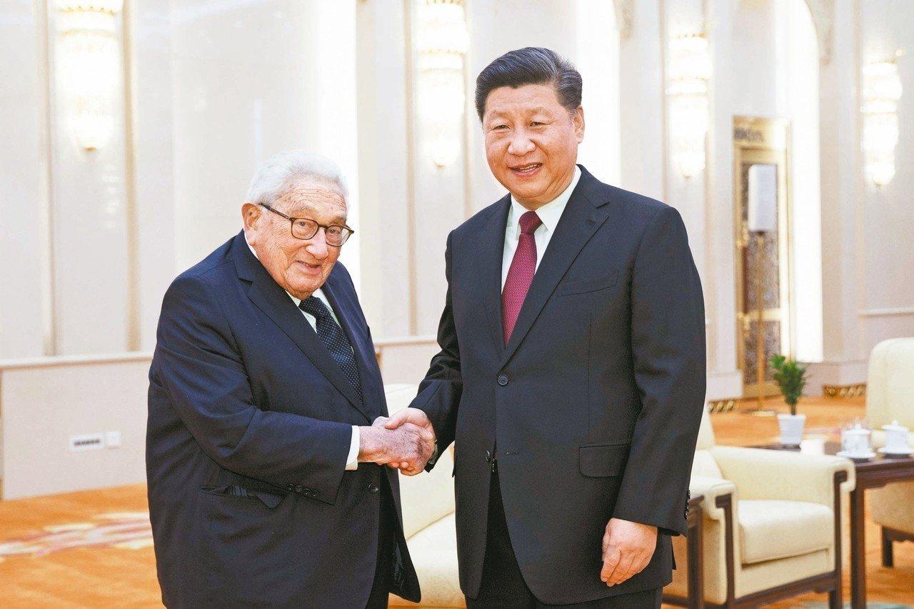 習近平(右)昨在北京人民大會堂與美國前國務卿季辛吉見面,習對季辛吉說,中美雙方對彼此的戰略意圖要有準確的判斷。 (美聯社)