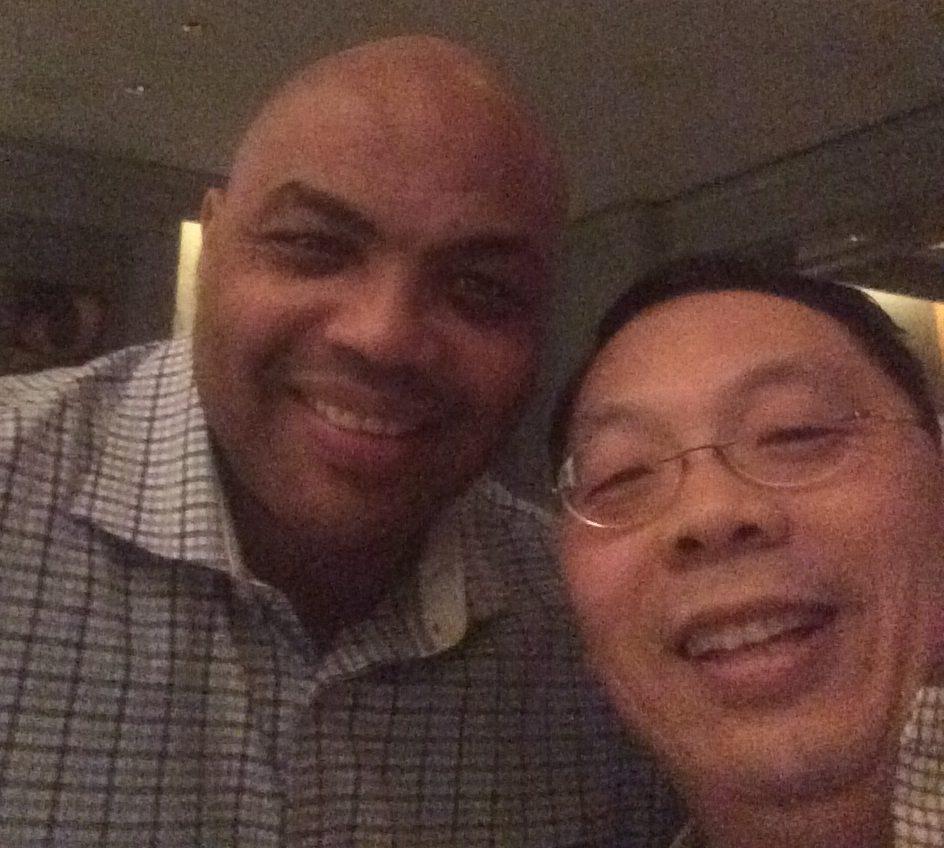 華裔科學家王琳(右)與NBA球星巴克利在酒吧中聊天,兩人成為莫逆之交。圖/王雪麗提供