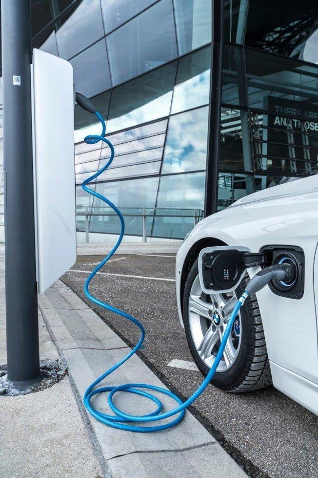 BMW證實將會推出plug-in hybrid插電式油電動力版本的車款。(BMW)