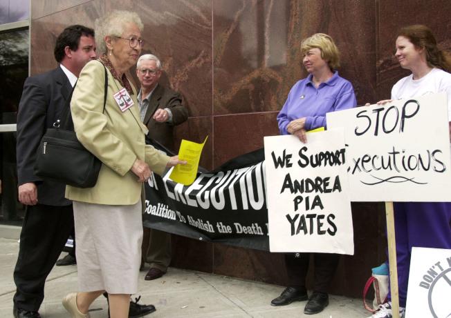 有民眾在法庭外支持安德瑞亞.葉慈。(Getty Images)