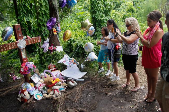 凱莉屍體被發現的地點,有民眾前往悼念。(Getty Images)