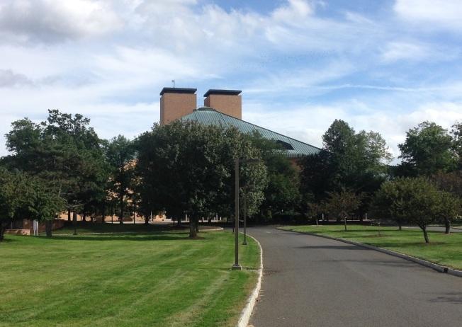 新澤西州梅山貝爾實驗室的屋頂,與員工在大公司的升遷圖一樣,都是金字塔型。(作者提供)