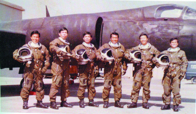 中華民國空軍第35中隊「黑貓中隊」飛行員於1974年單位解散前,在桃園基地與U-2戰略偵察機留影。(報系檔案照片、記者程嘉文翻攝)