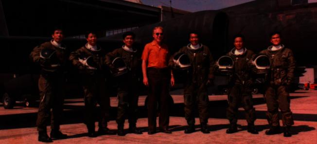 中華民國空軍第35中隊「黑貓中隊」的後期,飛行員與美方人員在U-2偵察機前留影。(寬和影像提供)