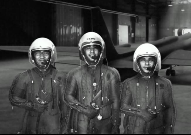 中華民國空軍第35中隊「黑貓中隊」的設計照片,左起為第一代U-2飛行員華錫鈞、第二任中隊長楊世駒,與第三任中隊長王太佑。(寬和影像提供)